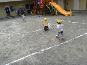 ボールの飛んでいった場所を目掛けて、お友だちと競うように歩いて追いかけていきます